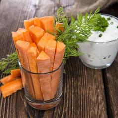 Gemüsesticks mit Kräuterdip