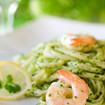Grüne Nudeln mit Shrimps