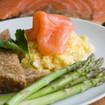 Kartoffelsalat mit Spargel und Räucherlachs