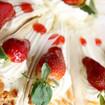 Knuspertorte mit Erdbeeren