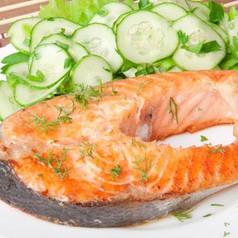 Lachs vom Grill mit Gurkensalat