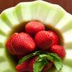 Melone mit Erdbeeren und Eis