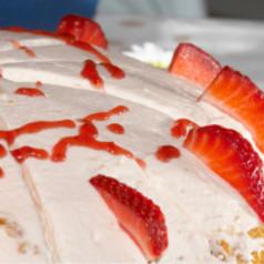 Orangen-Sahne-Torte mit Erdbeeren
