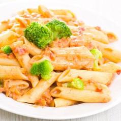Penne mit Tomaten-Brokkoli-Speck Sauce