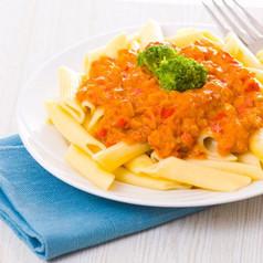 Penne mit Tomaten-Paprika Sauce