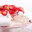 Rotwein-Erdbeeren in Baiser