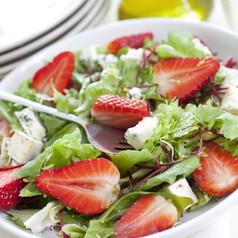 salat mit erdbeeren und schafsk se salate rohkost vorarlberg online das nachrichten portal. Black Bedroom Furniture Sets. Home Design Ideas