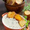 Selbstgemachte Kartoffelchips mit Sauerrahm-Speck Dip