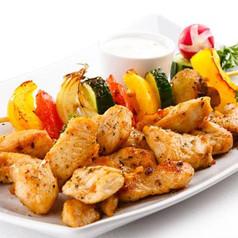 Würzige Hühnerstreifen mit Gemüsespießchen